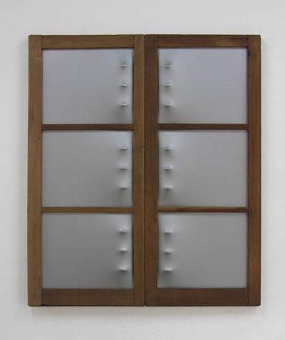 Díptico (Dorsus) - Marcos de ventana, lienzo, esmalte, rejas de hierro  116.6 x 100.6 x 5 cm - 2008
